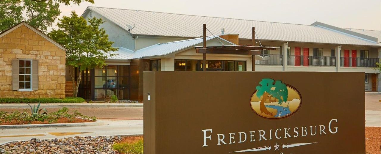 fredericksburg inn & suites sign